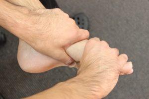 足底腱膜炎指の間のマッサージ方法