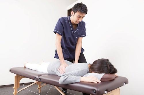 背骨の調整を行う